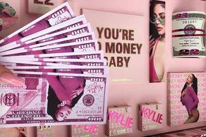 Kylie Jenner gây tranh cãi khi in hình tiền đôla lên mỹ phẩm