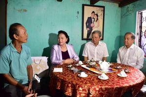 Chủ tịch Quốc hội thăm và tặng quà các gia đình ở di tích Thượng Thành