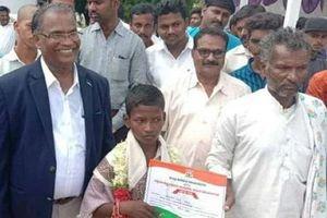 Cậu bé 12 tuổi dũng cảm lội nước, dẫn đường cho xe cứu thương vượt dòng nước lũ