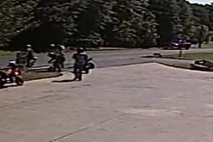 Đâm vào xe sang đường, người lái môtô văng xa hàng chục mét