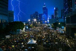 Hàng ngàn giáo viên Hồng Kông biểu tình dưới trời mưa sấm sét