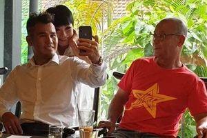 Phương Thanh trẻ trung khi hội ngộ với cựu cầu thủ Phan Thanh Bình