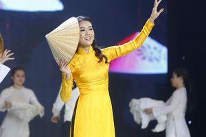 BTV '60 giây' MC Anh Thi nhận cơn mưa lời khen khi tham gia Duyên Dáng Bolero mùa 2