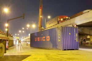 Thùng container rơi xuống đường sau va chạm, nhiều người may mắn thoát chết