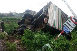 Xe tải lao xuống vực sau tông sập thành cầu, tài xế may mắn thoát chết