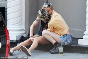 Kristen Stewart ngọt ngào 'khóa môi' gái lạ ngay trên vỉa hè ở Mỹ