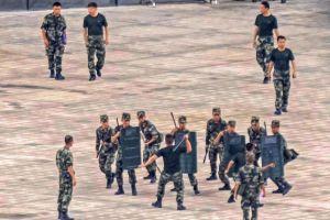 Cảnh sát Trung Quốc diễn tập chống bạo loạn sát Hong Kong