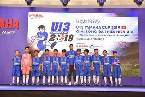 Quang Hải tươi cười truyền cảm hứng cho các em nhỏ ở buổi họp báo U13 Yamaha Cup
