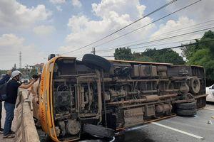 Bình Dương: Lật xe khách giữa quốc lộ, hàng chục người bị thương