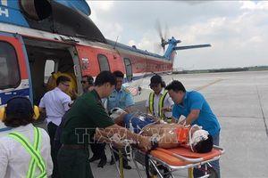 Trực thăng bay trong đêm đưa chiến sĩ bị thương nặng từ Trường Sa vào đất liền