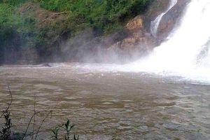 Tắm thác ở làng Mèo, ba người bị cuốn mất tích