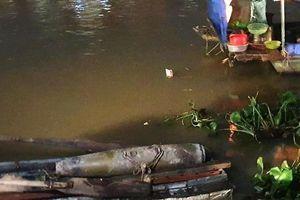 Tưởng sắt vụn dưới lòng sông, đào lên phát hiện quả bom