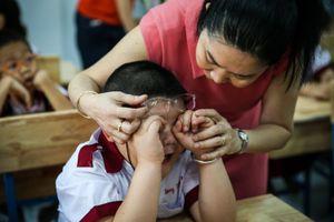 Học sinh lớp 1 khóc mếu máo trong ngày đầu đến trường ở Sài Gòn