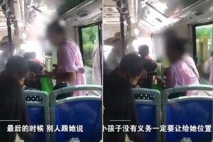 Lên xe buýt chật kín, người phụ nữ ngồi đè lên bé trai 7 tuổi