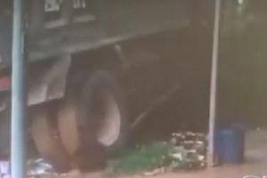 Phản xạ 'xuất thần' giúp người đàn ông thoát nạn trong gang tấc
