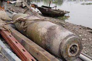 Hải Phòng: 'Thức trắng' để canh gác quả bom nặng 100kg dưới chân cầu