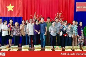 Phu nhân nguyên Chủ tịch nước Trương Tấn Sang tặng quà và trao nhà Đại đoàn kết cho dân nghèo huyện Tri Tôn và TP. Châu Đốc