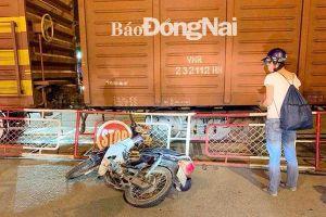 Cảnh báo nguy hiểm khi tông rào chắn đường sắt