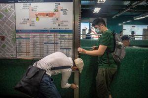 Người biểu tình ở Hồng Kông đổi chiến thuật: Dọn sạch các ga tàu điện ngầm