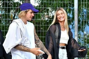 Justin Bieber xuống phố trông như ông chú dù vợ ăn diện xinh đẹp