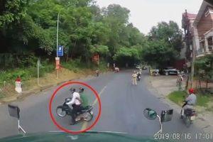 Bỏ chạy khi gặp cảnh sát giao thông, tài xế xe máy suýt gây họa