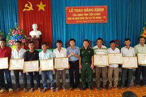 Tặng bằng khen cho 9 ngư dân Việt Nam cứu ngư dân Philippines gặp nạn trên biển