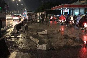 Xe tải lật đè xe máy trên quốc lộ, thanh niên thoát chết thần kỳ