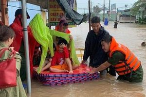 Lực lượng Công an giúp dân chống chọi với thiên tai, lũ lụt