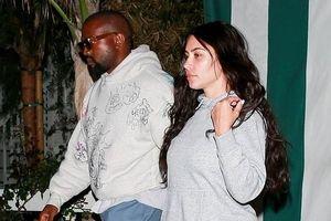 Kim Kardashian lộ quầng thâm mắt, môi bong tróc khi ra phố cùng chồng