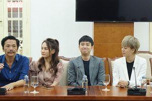 Đoàn phim 'Về nhà đi con' bất ngờ nhận bằng khen từ Bộ VHTT&DL