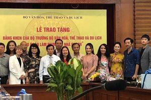 Bộ Văn hóa, Thể thao và Du lịch trao bằng khen cho đoàn làm phim 'Về nhà đi con'