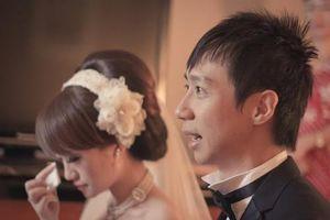 Cô dâu trả tiền mừng sau một cuộc điện thoại ngay ngày cưới