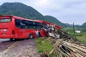 Xe khách lao vào xe tải, 2 người chết, nhiều người bị thương