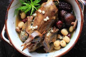 Cách làm chim bồ câu hầm hạt sen giữ nguyên chất tẩm bổ cho người ốm