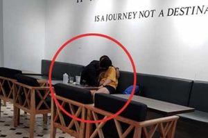 'Ngứa mắt' đôi tình nhân trẻ ôm hôn, sờ soạng thân thể nhau ngay trong quán tại quán cafe ở Sài Gòn