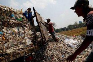 Choáng ngợp với cảnh rác thải nhựa tràn ngập tại 'làng tái chế'