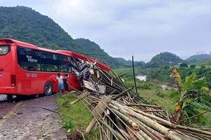 Xe giường nằm đâm xe tải lao xuống vực, 16 người thương vong