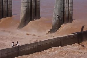 Đứng tim cảnh lính Ấn Độ đu thang dây, giải cứu dân bị nước lũ vây khốn