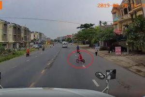 Tài xế container bẻ lái xuất thần cứu bé trai đi xe đạp đột ngột sang đường