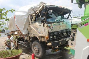 Xe tải chở gỗ bốc cháy sau khi gây tai nạn liên hoàn tại trạm thu phí
