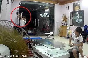 Chồng đánh vợ tới tấp trước mặt 2 con nhỏ khiến dân mạng phẫn nộ: Không xứng làm đàn ông
