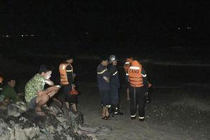 Bình Thuận: Bốn du khách bị sóng cuốn mất tích khi tắm biển