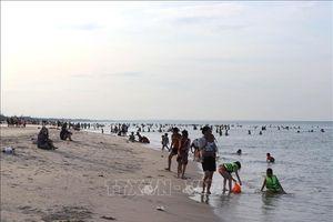 Bảy du khách tắm biển bị sóng cuốn trôi, bốn người mất tích