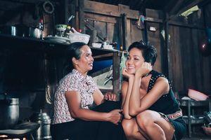 Hoa hậu H'Hen Niê 'phản pháo' khi bị cho là thêu dệt gia cảnh nghèo khó