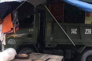 Quảng Ninh: Xe tải mất lái lao lên vỉa hè 'húc' ba người thương vong