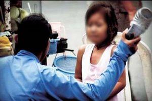 Mẹ bỏ đi, con gái 6 tuổi bị cha ruột bạo hành dã man nhiều lần
