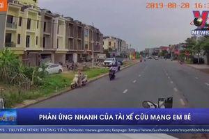 Tài xế container bẻ lái xuất thần cứu mạng bé trai đi xe đạp sang đường