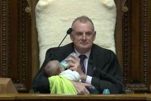 Chủ tịch Quốc hội New Zealand cho em bé bú sữa gây sốt MXH
