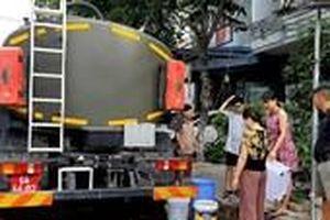 Huy động cả xe quân đội tới cứu khát cho dân Đà Nẵng