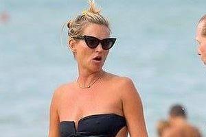 Siêu mẫu Kate Moss tự tin diện bikini ở tuổi 45